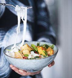 Ihanan mausteisen laksan liemi keitetään kookoksesta, ja sattumina on tofua, bataattia ja nuudeleita.