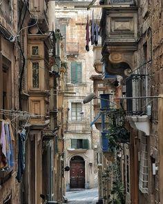 Malta... #malta #places #lugares #people#gente #spring #primavera #urbanscenes #color #colorgrafias #snapseed #HuaweiP20Pro @huaweimobileesp #LenovoenMalta #architecture #arquitectura #building #edificio