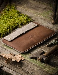 """Handmade Crazy Horse leather and 100% wool felt ipad case / sleeve & stand. Vintage style. DESIGNED FOR: - iPad Air 2 / 1 - iPad 4 / 3 / 2 - MacBook 12 inch SIZES: iPad Air 2 / 1 - 27cm x 20cm (10.63"""""""