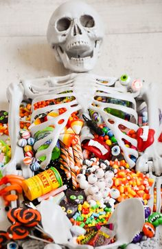 Halloween Skeleton Candy Charcuterie Board (With images) Halloween Candy Bar, Halloween Items, Halloween Snacks, Halloween Cupcakes, Halloween Skeletons, Halloween Party, Halloween 2020, Kids Party Decorations, Halloween Decorations