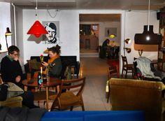 Cafe Mellemrummet i Ravnsborggade. Cafeen er drevet af frivillige, er billig, hyggeligt indrettet med skramlede umage møbler, baren har alt fra saft til drinks, du kan købe snacks og simpel mad. Her er masser af brætspil man frit kan benytte sig af og iderige events og arrangementer.