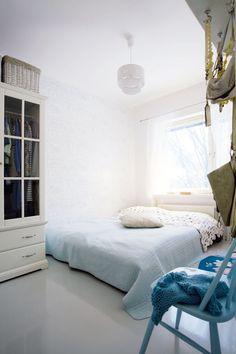 Tyyni ja rauhoittava sininen makuuhuone. Vaatekaappi on Ikeasta, Eijffingerin tapetti Stockmannilta.