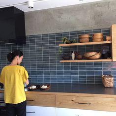 Wood Kitchen Cabinets, Kitchen Tiles, Kitchen Design, Kitchen Reno, Interior Decorating, Interior Design, Room Goals, Japanese House, Kitchen Living