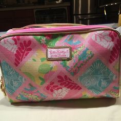 """Lilly Pulitzer For Estée Lauder Cosmetic Bag Large Lilly Pulitzer For Estée Lauder cosmetic bag. Measures 6 1/2"""" tall, 10"""" wide. Beautiful prints on linen-like fabric. Never used. No tear, stain or hole inside and out. Excellent condition. Lilly Pulitzer Bags Cosmetic Bags & Cases"""