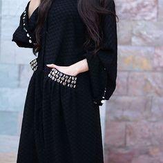 Image may contain: one or more people and people standing Niqab Fashion, Dubai Fashion, Vogue Fashion, Fashion Dresses, Fashion Shoot, Abaya Designs Latest, Abaya Pattern, Modern Abaya, Black Abaya
