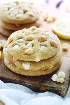 Super Delicious Lemon White Chocolate Chip Macadamia Nut Cookies recipe on {… Chocolate Chip Macadamia Nut Cookies Recipe, Chocolate Macadamia Nuts, Köstliche Desserts, Delicious Desserts, Dessert Recipes, Lemon Desserts, Lunch Recipes, White Chocolate Desserts, White Chocolate Chips