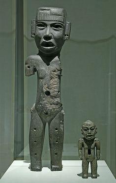 Izquierda: Escultura antropomorfa Teotihuacan, Ciudadela 500 d.C. Piedra verde, 77,5 x 20 cm  En todo el cuerpo se encuentran huecos que probablemente contenían piedras o caracoles.