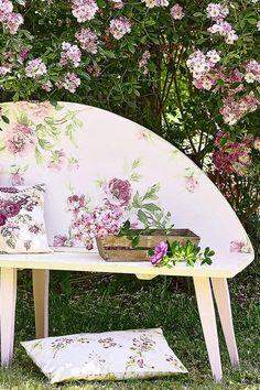 Envie d'une assise originale ? Suivez les étapes de notre tutoriel pour fabriquer un banc en bois et pour le décorer avec du papier-peint ! Picnic Blanket, Outdoor Blanket, Outdoor Furniture, Outdoor Decor, Bench, Crafts, Home Decor, Build A Bench, Garden Landscaping