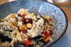 Couscous met gegrilde aubergine, kikkererwten en granaatappelpitjes - Culy.nl