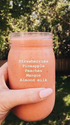 いちご、パイナップル、桃、マンゴー、アーモンドミルクスムージー - What you need to know for a healthy life Smoothies Vegan, Smoothies With Almond Milk, Fruit Smoothie Recipes, Yummy Smoothies, Smoothie Drinks, Yummy Drinks, Healthy Drinks, Healthy Eating, Breakfast Smoothies