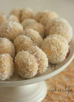 Kesin deneyin diyebileceğim bir tarif ile daha biraradayız :) Tek lokmalık minik iki kurabiyenin arasına marmelat sürüp yapıştırıyoruz ve...