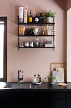 Köksväggarna är målade i 20047 Blushing Peach, eftersom vi ville en mjuk och lekfull kulör i kontrast till det svarta köket