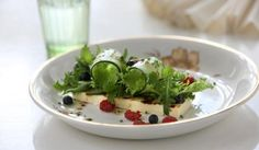 Kuningatar-juustoleipäsalaatti   Maa- ja kotitalousnaiset #maajakotitalousnaiset #ruokaneuvot #kesä #salaatti #leipäjuusto #juustoleipä #metsämarja #mustikka #vadelma