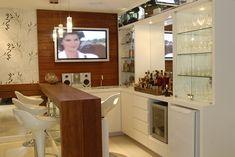 bar na entrada do apartamento decoração - com tv, pia e adega climatizada, local para as taças. bancos no balcao. Pesquisa Google