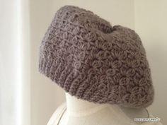 先日、編んだ玉編みニット帽と同じ編み方のベレー帽、編んでみました^^ふんわりコロンと丸い感じで、なかなかいい感じに仕上がりました!↑ 左が今回編んだベレー帽で、右がこの間編んだニット帽です^^編み図はこちら >>> 玉編
