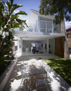 Kerr House by Tony Owen Architects / Tamarama beach in Sydney, Australia