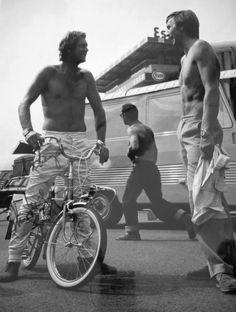 La Heuer Monaco et l'Autavia sur la même photo, la première au poignet de McQueen et l'autre au poignet de Derek Bell cette fois.