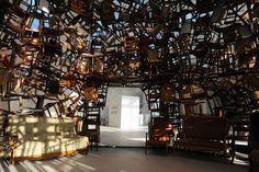 Kawamata installe des chaises pour en faire des oeuvres monumentales. L'objet est accumulé et installé dans un équilibre qui peut nous apparaître instable.  tumblr_nmfzkpA73w1rfhy4oo4_1280