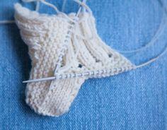 Baby Booties Ugg This knit pattern / tutorial is available for free. Baby Booties Knitting Pattern, Knit Baby Shoes, Knitted Baby Clothes, Crochet Baby Booties, Baby Knitting Patterns, Baby Patterns, Crochet Patterns, Knitting For Kids, Free Knitting