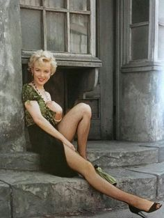 Marilyn Monroe photographed by Milton Greene on the Fox lot in Hollywood Glamour, Hollywood Actresses, Classic Hollywood, Arte Marilyn Monroe, Marilyn Monroe Photos, Cinema Tv, Actrices Hollywood, Foto Art, Norma Jeane