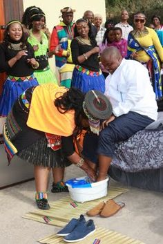Foot washing at Zulu wedding - black love.my Religious tradition practices this ad a sign of love& humility, so to do this for my husband to be will be very sacred & heartfelt. South African Weddings, African American Weddings, My Black Is Beautiful, Black Love, Zulu Traditional Wedding, Zulu Wedding, Foot Wash, African Wedding Attire, Afro Style