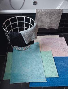 Schöne Töne fürs Badezimmer...am besten, man mischt sie. Die Teppiche sind aus Baumwolle.