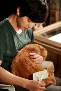 More cat cuddles for Yoo Seung-ho Korean Celebrities, Korean Actors, Korean Dramas, Korean Drama Stars, Age Of Youth, Yoo Seung Ho, Cat Garden, Child Actors, Cat Birthday