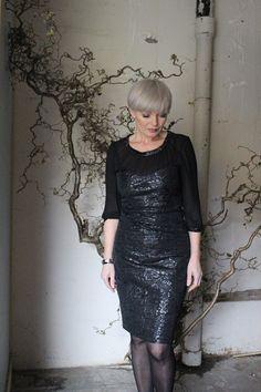 """Terningkast seks på denne nydelig kjolen   fra Karen by Simonsen 1500,-     *god pris   *fin lengde   *lekkert """"brokadestoff""""   *perfekt m..."""