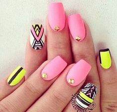 Afbeelding via We Heart It https://weheartit.com/entry/138644122 #aztec #beautiful #beauty #belleza #cute #fashion #geometric #girls #gold #line #moda #nails #neon #nice #pink #pretty #tachas #tribal #yellow #uñas #triangulo #estoperoles #decoradas #cchvallejo