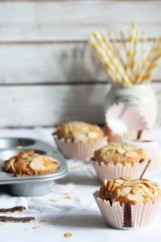 Cherry Muffins with Almond Flakes I Love Food, Good Food, Cherry Muffins, Breakfast At Tiffanys, Dessert Bread, Eat Dessert First, Mini Cakes, Food Design, Gastronomia
