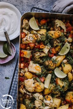 YHDEN PELLIN ALOO GOBI (Vegaaninen) - Hannan soppa Overnight Oats, Vegetarian Recipes, Cooking Recipes, Healthy Recipes, Aloo Gobi, Lunches And Dinners, Meals, Cookery Books, Vegan Meal Prep