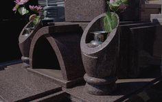 洋型の石塔Eセット。筒を斜めに切った形をした花立。弧を描く香炉。芸術性を取り入れた墓石になっています。
