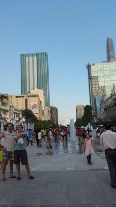 일년전엔  거리가 이런 모습이 아니였는데  우리나라 광화문거리가 생각나는 곳이였다. 그새 참 많이 변했구나... 사람들이 참 즐거워 보인다.  #Nguyenhuestreet  #Street #View #HCMC #VietNam #VN #여기는베트남