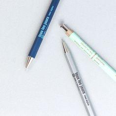 ✨¡Tenemos nuevos bolis de la marca Japonesa Days!✒️💞 Nos encantan por su aire retro y su forma hexagonal que lo hace perfecto para escribir. Elige tu color favorito: plata, menta o azul. PD. También tenemos disponible la mina de recarga.   En la foto 📷: Bolígrafo de Tous Les Jours |Plata, menta y azul 👉Cómpralo todo en Likely.es