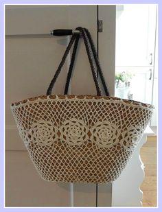 Rieten tas met gehaakte buitenkant DIY (Op de website staan meer leuke ideeën met rieten tassen)