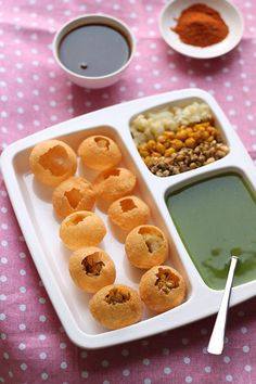 I am happy to share the recipe of pani puri recipefrom the streets of Mumbai. In Mumbai the pani puri filling consists mainly of ragda and moong sprouts Mumbai Street Food, Indian Street Food, Indian Snacks, Indian Food Recipes, Pani Puri Recipe, Puri Recipes, India Food, Side Recipes, Veg Recipes