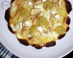 Kartoffelflammkuchen mit Trauben und Camembert auf www.ge-sagt.de Macaroni And Cheese, Ethnic Recipes, Food, Glutenfree, Kuchen, Food Food, Recipies, Mac And Cheese, Essen