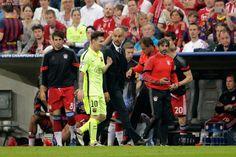 ¿Y si le bajas un poco pibe? Guardiola y Messi charlan durante el Barcelona vs Bayern Munich.