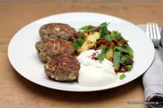 Feta-Köfte mit Zucchini-Feigen-Gemüse und griechischem Joghurt