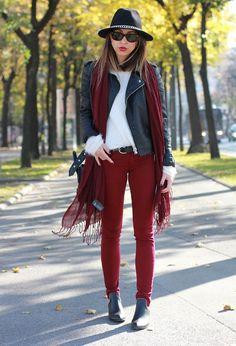 Look de outono. Casaco de couro, calça vermelha, camiseta branca e scarf vermelho.