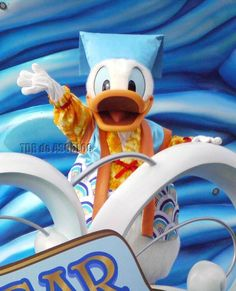 Donald in Japanese costume for the New Year's Show at Disney Sea.