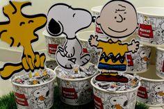 Centro de Mesa Snoopy com um balde de 1,5l 20 balinhas personalizadas e uma placa com personagem        ATENÇÃO: Cor dos baldes para o tema: branco, vermelho, amarelo ou preto. Avisar no ato do pedido a cor desejada. Caso não seja pedido uma cor específica será enviado em alguma das cores acima.
