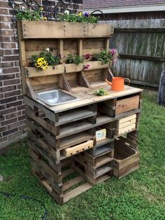 20 Brilliant DIY Pallet Furniture Design Ideas to Inspire You 60 Awesome DIY Pallet Garden Bench and Storage Design Ideas Pallet Potting Bench, Pallet Garden Benches, Potting Tables, Pallet Garden Furniture, Outdoor Pallet, Garden Work Benches, Pallet Work Bench, Pallet Planters, Pallet Fence