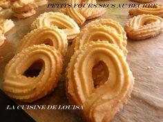 Essalamou alaikoum , bonjour , ce matin des petits fours -sablés- très faciles à réaliser , riche avec le gout du beurre et parfumés à la vanille ils ne peuvent que plaire ! Ingrédients 250g de beurre pommade. 3càs de sucre glace. 1 càs de miel 1 pincée... Arabic Dessert, Arabic Food, Algerian Recipes, Biscuit Cookies, Beignets, Onion Rings, Macarons, Coco, Waffles