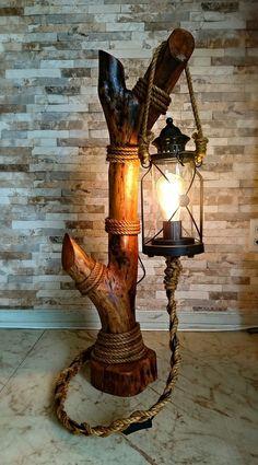 Abajur rústico feito com tronco, luminária de jardim e corda de sisal. (Meu Pr… Rustic lamp made with trunk, garden lamp and sisal rope. (My first solo work in wood) Rustic Lamps, Rustic Lighting, Rustic Decor, Driftwood Lamp, Driftwood Crafts, Lampe Decoration, Flower Decoration, Log Furniture, Apartment Furniture