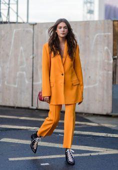 Inyecta una dosis de positivismo 'trendy' al invierno con un traje color mostaza. Nos encanta que la chaqueta sea en formato 'XL'