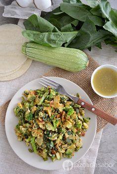 Deliciosas migas verdes. Huevo con tortilla y vegetales verdes. Para empezar el día con mucha energía. Listo en minutos y muy fácil de preparar
