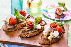 Bruschetta z grillowanymi boczniakami. #boczniaki #grzyby #pomidory #mozzarella #bagietka #grill #majówka #przepis #przepisy #tesco #smacznastrona
