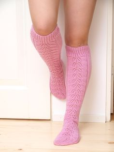 Ravelry: Elinan pitsiunelma pattern by Paula Loukola Crochet Socks, Knitting Socks, Knit Crochet, Knitting Patterns Free, Free Knitting, Free Pattern, Pink Socks, Wool Socks, Knitting Videos
