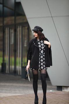 Blog mode France, combinaison géométrique, cape noire, casquette de marin, chaussettes hautes.  Fashion outfit, thigh socks, black and white playsuit, black cape.